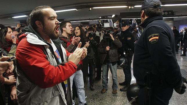Protesta del movimiento «Yo no pago» en el vestíbulo de la estación de Metro de Tirso de Molina