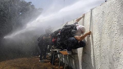 La policía lanza agua a los manifestantes