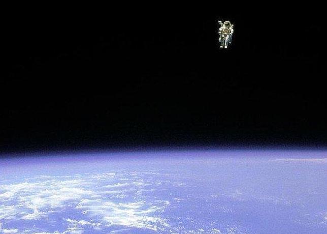 Astronauta Flotando En El Espacio Exterior: Nunca Un Hombre Estuvo Tan Solo