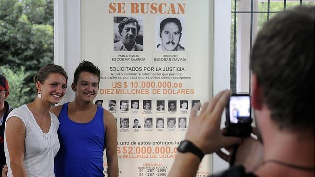 un cartel que pedía la captura de Pablo Escobar y su hermano Roberto