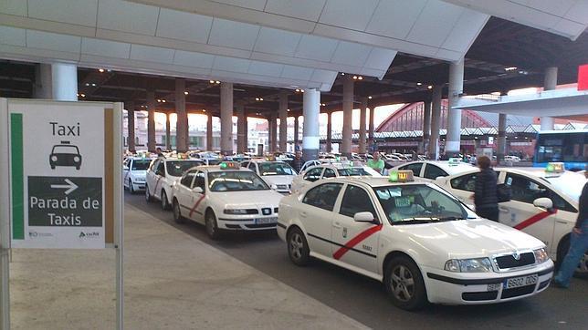 Los taxistas esperan clientes en la nueva terminal de AVE de