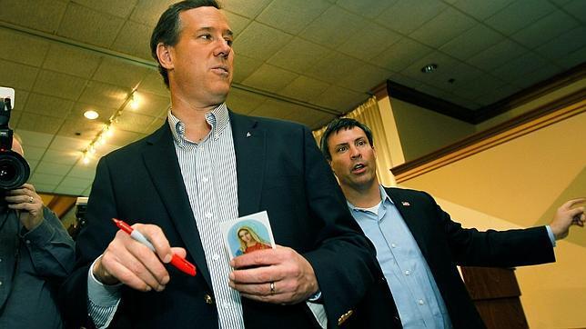Santorum recurre a la religión para superar a Romney