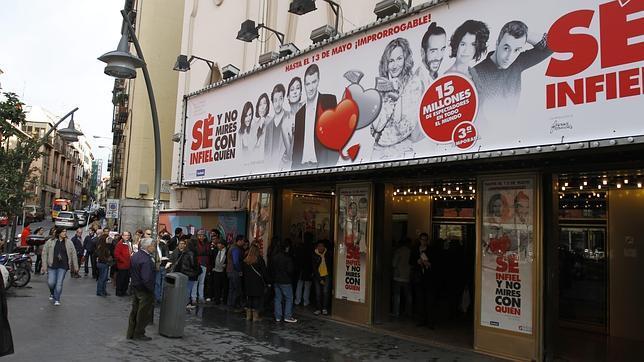 Cola a la entrada del teatro nuevo apolo en la plaza de for Casa granada tirso de molina