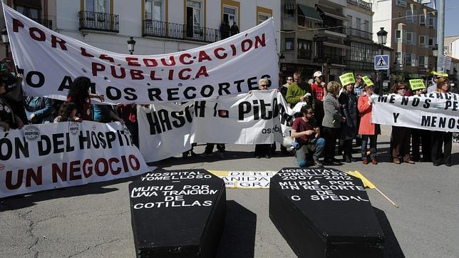 Miles de personas protestan contra la privatización de dos hospitales de la región