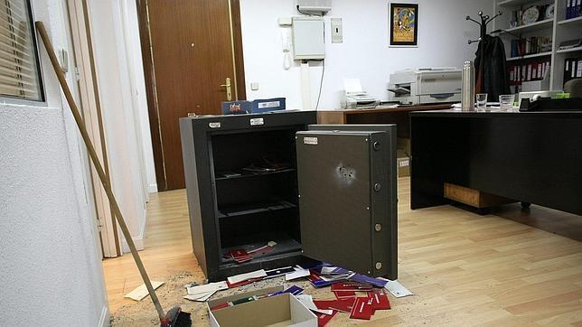 Una de las cajas fuertes violentadas por la banda en el - Oficina virtual de caja espana ...