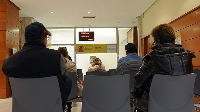 """La UE lanza """"nomeparo.eu"""" para ayudar a jóvenes a trabajar o estudiar en otro país"""