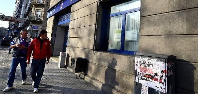 Estallan artefactos explosivos caseros ante las oficinas for Numero de la oficina del inem
