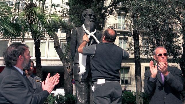 La imposición de la bufanda blanca a Valle-Inclán marca el Día Mundial del Teatro