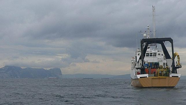 El barco de los cazatesoros, operando con sus máquinas junto al Peñón en marzo de 2007