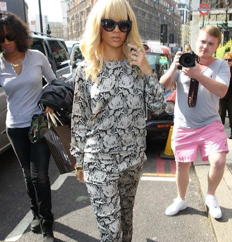 6250c75b5 Rihanna sale a la calle en pijama - ABC.es