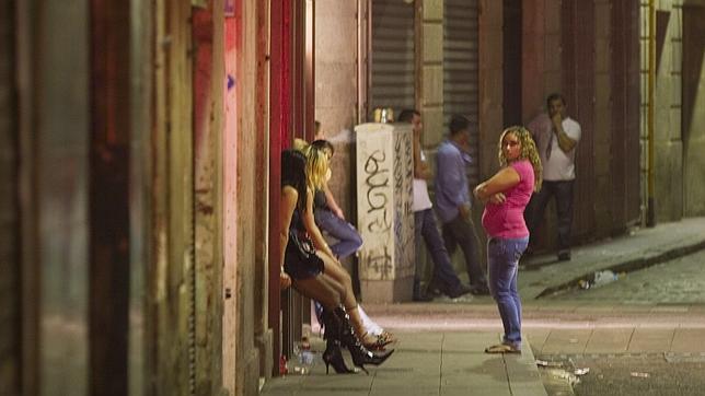 Las prostitutas del Raval se organizan para cobrar 1.400 euros cada diez semanas