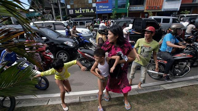 Una serie de fuertes terremotos devuelven al sureste asiático las escenas de pánico de 2004