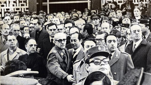 El general Gutiérrez Mellado llama al orden a un grupo de exaltados que cantaban el «Cara al Sol» durante el entierro de varios militares asesinados por ETA