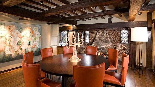 El comedor de la casa cuenta con una decoraci n moderna y - Comedor decoracion moderna ...