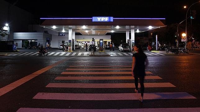 El saqueo de YPF recrudece la escasez de gasolina en Argentina