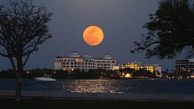 ESPECTACULAR SUPER LUNA EL 5 DE MAYO 2012 000ABryant%20Park-Lake%20Worth-Florida--644x362