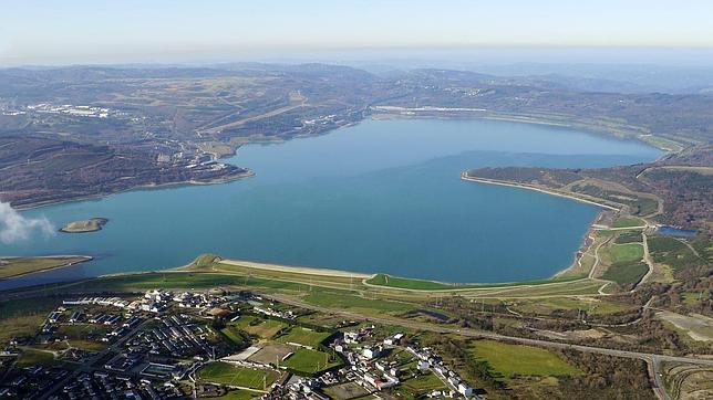 El mayor lago artificial de espa a hace su puesta de largo for Como se hace un lago artificial