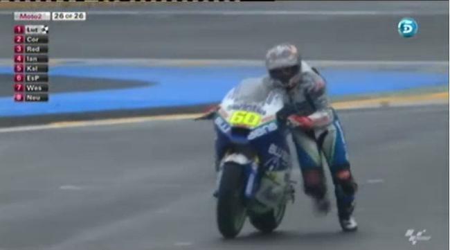 Julián Simón acaba la carrera de Le Mans empujando su moto