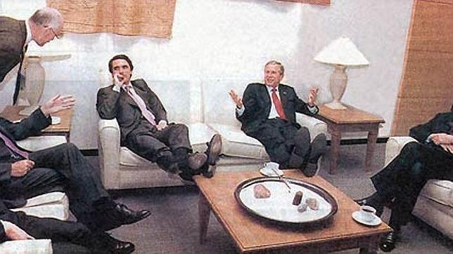 La imagen más relajada de Aznar con George W. Bush, en la cumbre del G-8 en Calgary (Cánada), en 2002