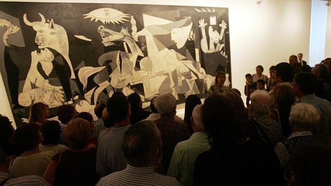 Todos quieren ver el «Guernica», la joya de la corona del Reina Sofía. ABC