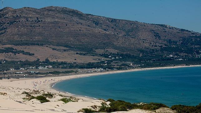 Medio Ambiente afirma no tener criterio para proteger la playa de Valdevaqueros