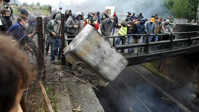 Paro total en las cuencas mineras de Asturias con cortes en las carreteras y vías de tren