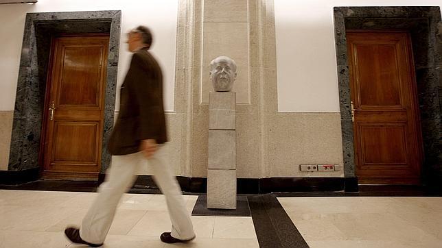El busto de Manuel Azaña no regresará al vestíbulo del Congreso