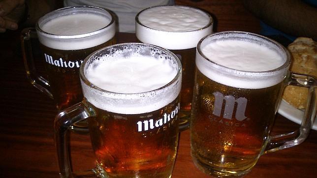 Jarras de cerveza en el blanco ii for Jarras para cerveza