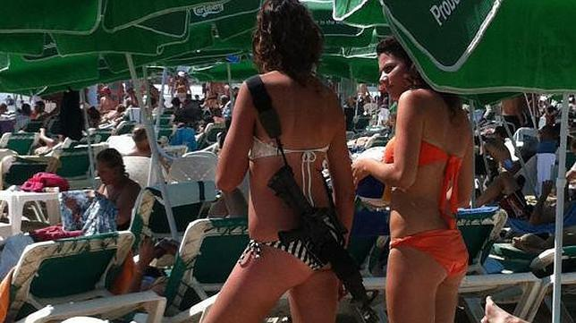 En bikini y con un fusil de asalto en una playa de Israel