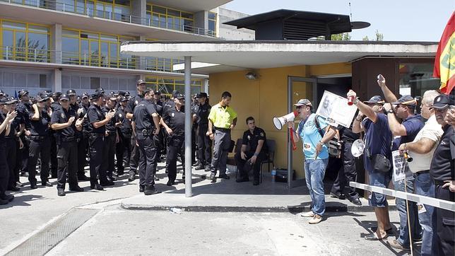 546 nuevos policías dan la espalda a sus superiores para aplaudir a los sindicatos