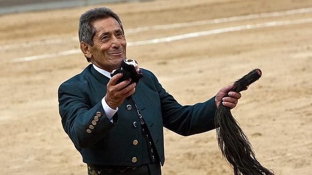 Andrés Vázquez, a sus 80 años, hace una faena de rabo a un victorino