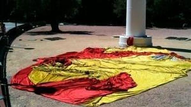 Se cae al suelo la bandera de Colón