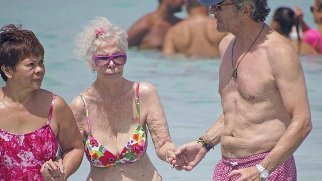 La Duquesa de Alba, primer baño en bikini en Formentera