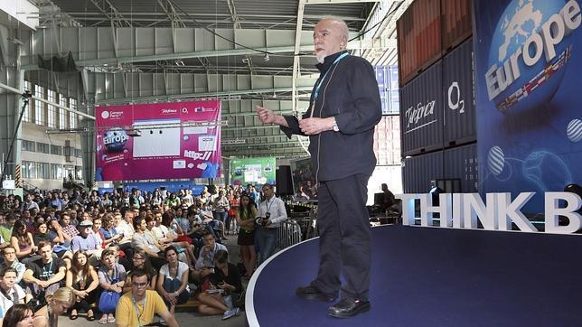 Paulo Coelho pide más flexibilidad para publicar libros gratis en internet