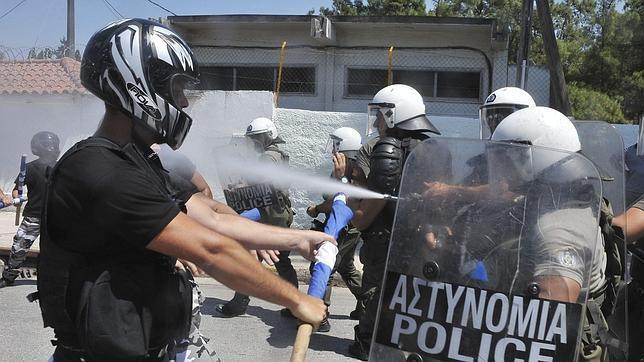 Enfrentamientos entre la Policía griega y radicales de extrema en Corinto