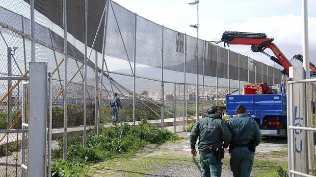 Un grupo de 25 inmigrantes intenta un nuevo asalto a la valla de Melilla