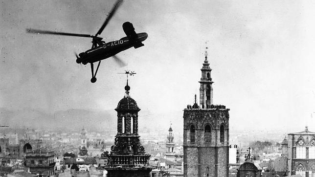 Un modelo del autogiro de Juan de la Cierva sobrevolando Valencia a finales de la década de los 20