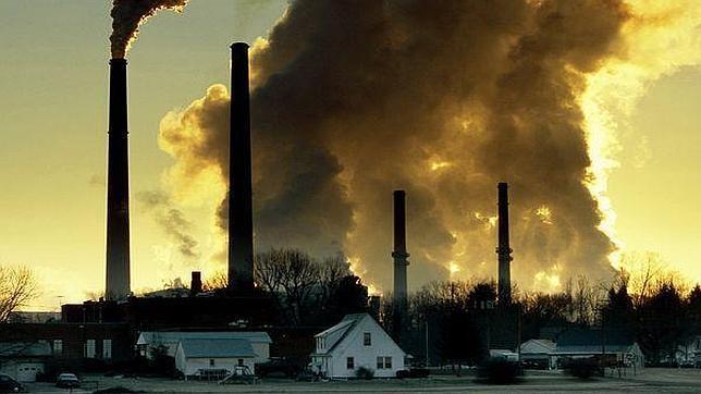 El humo de las chimeneas de las fábricas es una amenaza para la contaminación del aire