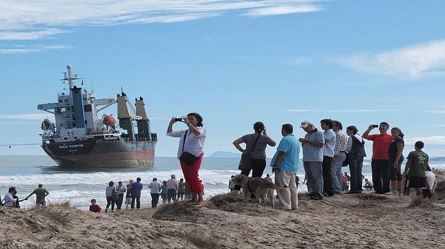Salvamento mueve uno de los barcos varados en El Saler