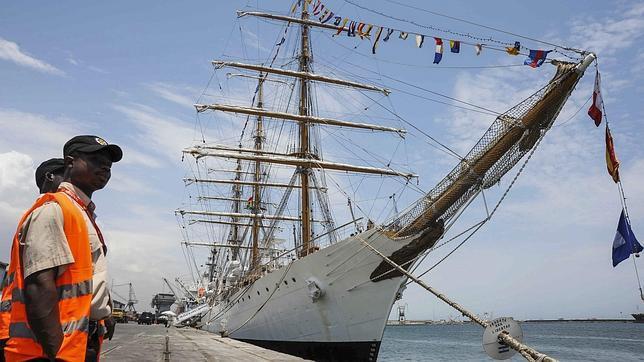 Dimite el jefe de la Armada argentina en plena crisis por el embargo del buque escuela