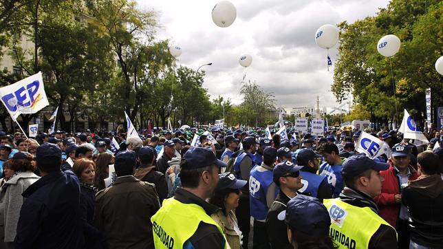 Polic as se concentran ante el ministerio del interior for Sueldos del ministerio del interior