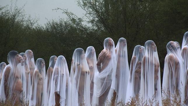 Desnudos, con una tela transparente por encima: este es el último trabajo de Spencer Tunick