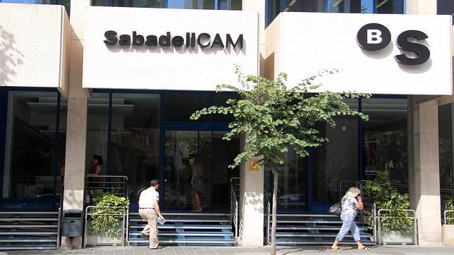 Sabadell cam cede tres viviendas a c ritas para personas for Oficinas sabadell cam en valencia