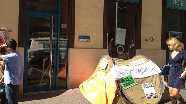 Una madre de familia acampa frente a una oficina de bankia for M bankia es oficina internet