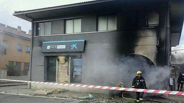 Un hombre prende fuego a una sucursal de caixabank en for Oficinas caixa burgos