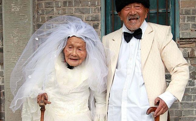 Se visten de boda con más de 100 años cada uno
