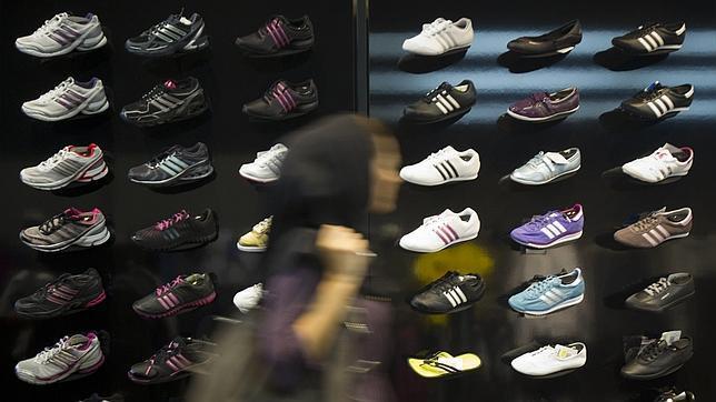 Pasa Junto Mujer Una De Deportivas A Tienda Zapatillas ZOuPkXi