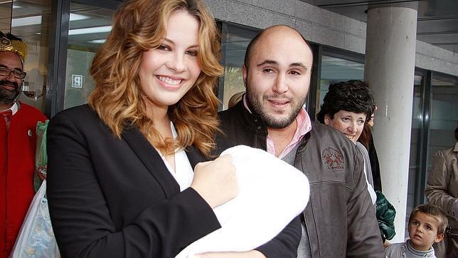 Kiko Rivera y Jessica Bueno: las primeras fotografías con su bebé a la salida del hospital