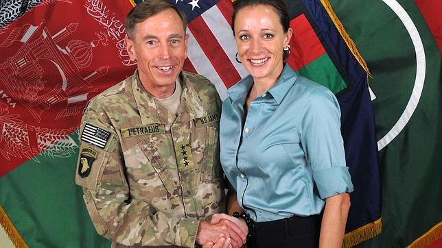 Aparece una misteriosa tercera mujer en el escándalo del general Petraeus