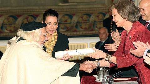 EFE Ernesto Cardenal, recibiendo el premio de manos de la Reina